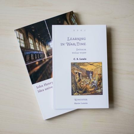 Idea univerzity a štúdium počas vojny dve knihy ležiace na stole vedľa seba