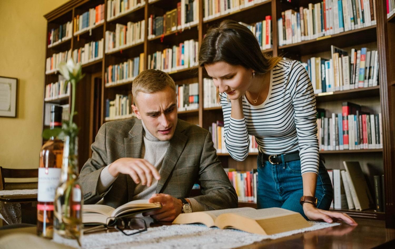 Viliam Ostatník a Kristína Hlinová čítajú knihu